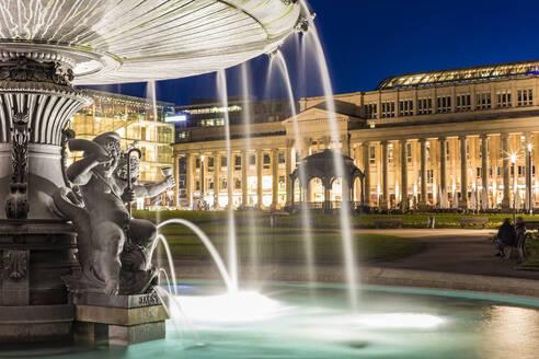 Deutschland, Baden-Württemberg, Stuttgart, Schloßplatz, Brunnen, Königsbau - WDF05276