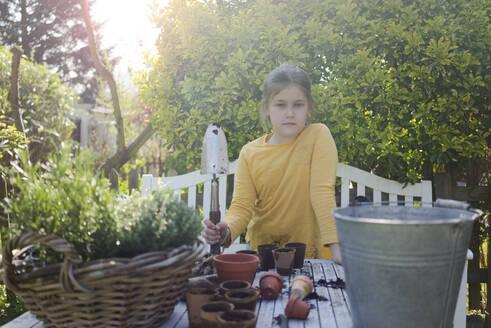 Deutschland, Oberhausen, Frühling, Außenaufnahmen, Garten, Gartenarbeit, Pflanzen, Blumen, Erde, Töpfe, Kräuter, Mädchen, 9 Jahre - MOEF02279