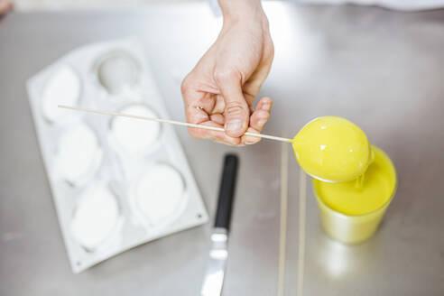 Junior chefs prepairing a dessert - LJF00168