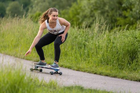 Frau, 19 Jahre, fährt auf Lobgboard - STSF02034