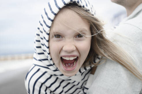 Portrait of screaming girl with her father at the sea - EYAF00277