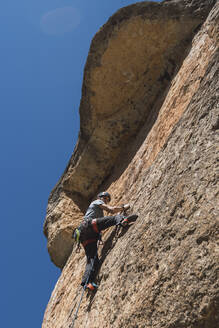 Man climbing in rock wall - RSGF00226