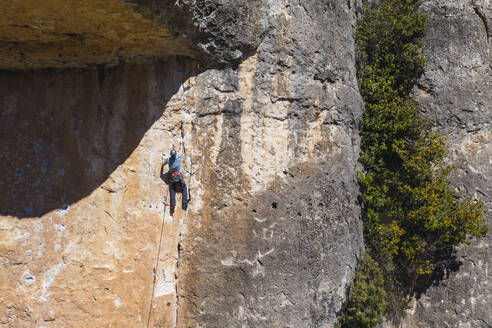 Man climbing in rock wall - RSGF00229