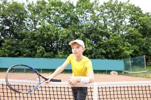Wickede, NRW, Deutschland. Ein Teenager spielt Tennis auf dem Tennisplatz Outdoor - KMKF00988