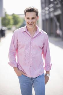 Portrait of businessman, wearing pink shirt - UUF18182