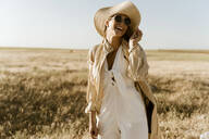 Female traveller with straw hat and sunglasses - ERRF01560