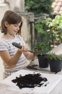 Girl repotting plant - ALBF00938