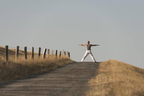 Yoga auf dem Deich, Deutschland, Schleswig-Holstein, Nordfriesland, Dunsum, Föhr - KJF00322