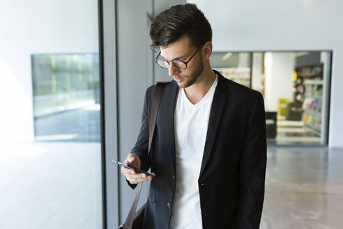 Young businessman using a smartphone - JSRF00404