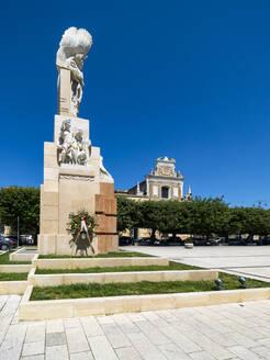 Italien, Apulien, Puglia, Brindisi, Kriegsdenkmal auf der Piazza Santa Teresa - AMF07138