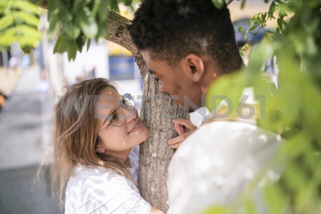Portrait of happy young woman with her boyfriend among a tree - FBAF00864 - Francesco Buttitta/Westend61