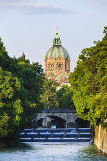 Kirche St. Lukas, Isar mit Große Kaskaden und Maximiliansbrücke, Lehel, München, Oberbayern, Bayern, Deutschland - SIEF08750