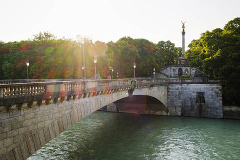 Luitpoldbrücke über Isar, Friedensdenkmal mit Friedensengel, Bogenhausen, München, Oberbayern, Bayern, Deutschland - SIEF08753