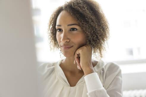 Deutschland, Essen, Frau, 25 Jahre, Afro, Business - MOEF02337