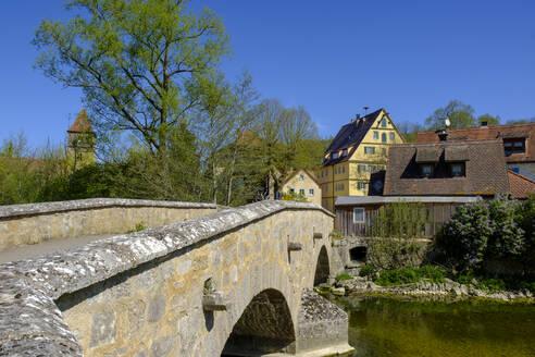 Brücke über die Tauber mit Kirche St Peter und Paul, Detwang im Taubertal bei Rothenburg ob der Tauber, Mittelfranken, Franken, Bayern, Deutschland - LBF02616