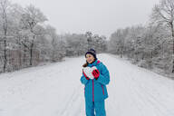 Girl holding a heart of snow - OGF00016