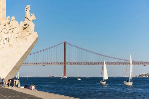 Portugal, Lissabon, Belém, Fluss Tejo, Ponte 25 de Abril, Brücke, Padrao dos Descobrimentos, Heinrich der Seefahrer, Denkmal, Segelboote - WD05315