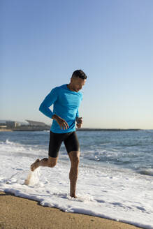 Latin Fitness man doing morning workout outdoor. Barcelona, Spain. - MAUF02652