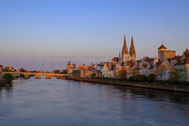 Germany, Bavaria,Regensburg, Old town buildings and Danube River - LBF02620 - Lisa und Wilfried Bahnmüller/Westend61
