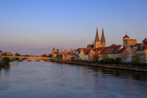 Stadtansicht mit Steinerner Brücke, Brückentor, Dom, Wasserspiegelung in der Donau, Sonnenuntergang, Regensburg, Oberpfalz, Bayern, Deutschland, - LBF02620