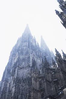 Germany, North Rhine-Westphalia, Cologne, Winter, Kölner Dom, heavy snowfall, Süd-Ost-Ansicht Kölner Dom und Türme (Kölner Domspitzen), römisch-katholische Kirche, Katheldrale, Gotik, Unesco Welterbe - GWF06142