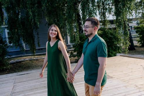 Russland, Ulyanovsk, verliebtes Paar laufend beim Spaziergang , glücklich - OGF00053