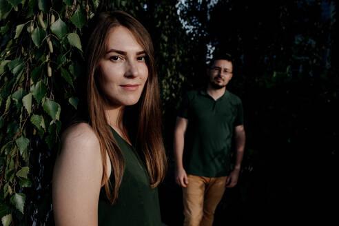 Russland, Ulyanovsk, junges Paar im Park, die Frau im Vordergrund - OGF00056