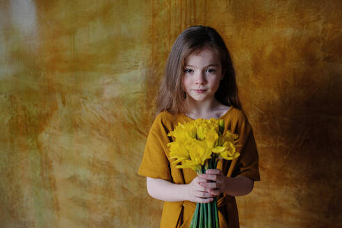 Portrait of little girl with bunch of - OGF00067
