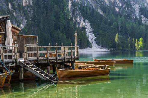 Bootshaus am Pragser Wildsee, Pragser Tal, Pragser Dolomiten, Südtirol, Italien - STSF02114