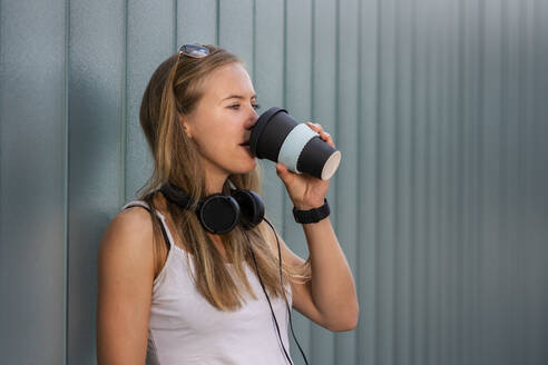 Young woman drinking coffee to go - STSF02123