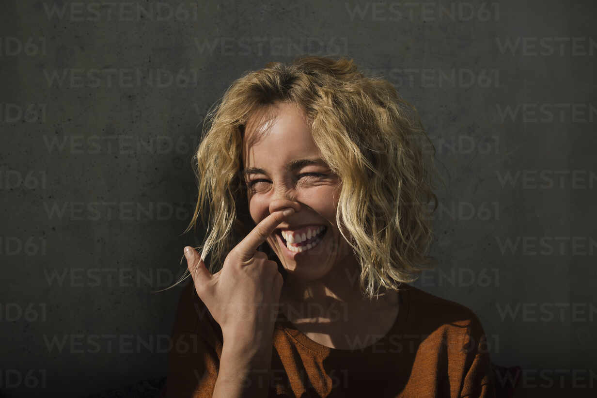 Portrait of laughing blond woman pulling funny faces - GCF00266 - Christian Gohdes/Westend61