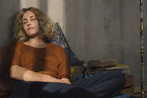 Stundentin entspannt auf dem Bett, Wohnung, Deutschland, Berlin, Studentin im WG-Zimmer - GCF00275