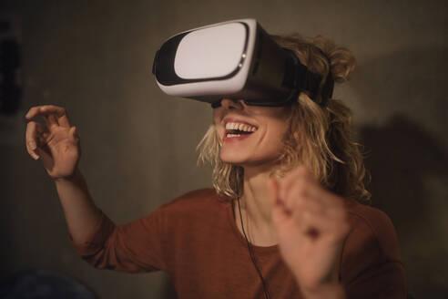junge Frau mit VR-Glasses, Wohnung, Deutschland, Berlin, Studentin im WG-Zimmer - GCF00320