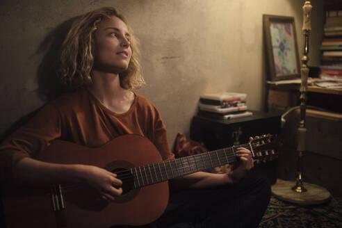 junge Frau mit Gitarre, Wohnung, Deutschland, Berlin, Studentin im WG-Zimmer - GCF00329