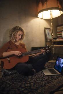junge Frau mit Gitarre, Wohnung, Deutschland, Berlin, Studentin im WG-Zimmer - GCF00332