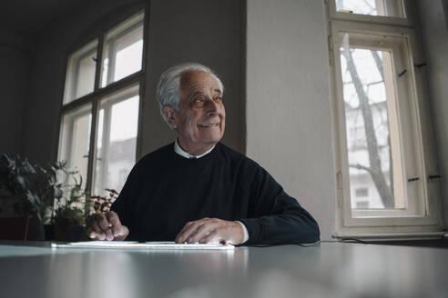 Senior man using tablet at home - GUSF02141