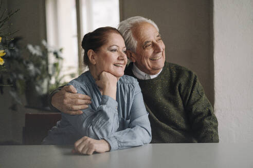 Portrait of happy senior couple at home - GUSF02204
