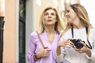 Mature woman traveling together with her daughter in the city - JSMF01181