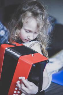 Little girl playing accordeon - IHF00182