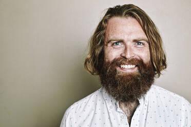 Caucasian man smiling - BLEF10871