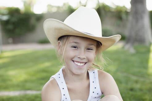 Caucasian girl in cowboy hat - BLEF11213