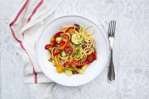 Spaghetti with grilled vegetables, paprika, zucchini, avocado, tomato and coriander - LVF08205
