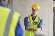 Architect speaking with construction worker - ZEF16165