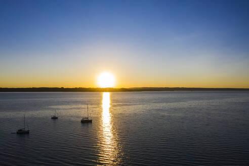 Segelboote im Sonnenuntergang auf dem Starnberger See, Fünfseenland, Oberbayern, Bayern, Deutschland, - LHF00654