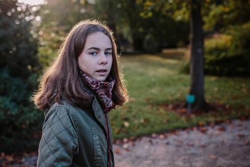 Deutschland, Köln, im Park, Portrait eines Mädchens - OGF00078