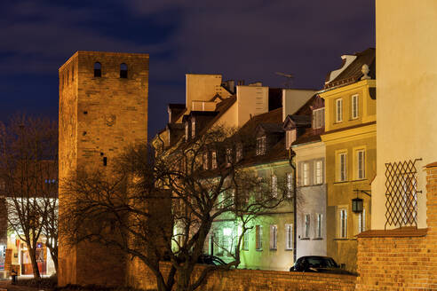 Poland, Warsaw, night in the Old Town, city wall tower and traditional houses - ABOF00426