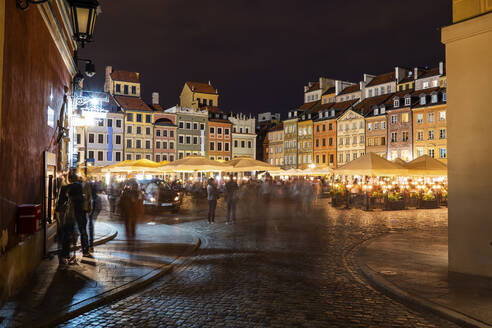 Poland, Warsaw, Old Town Market Place by night in historic city center - ABOF00438