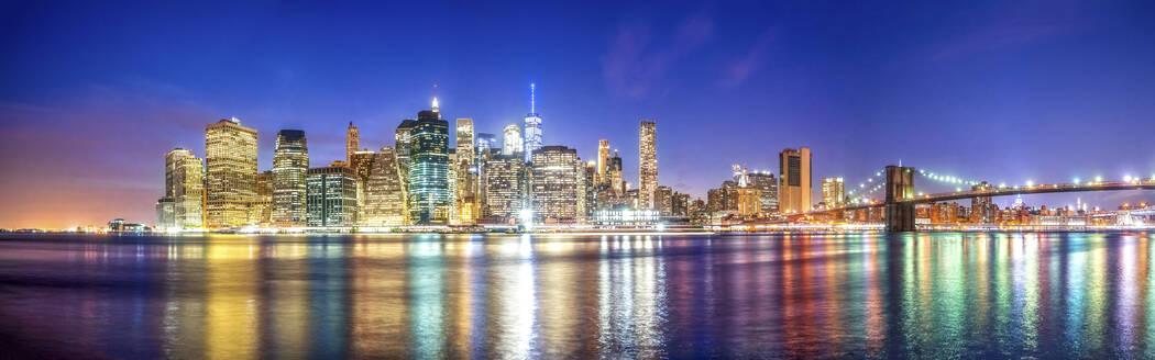 Skyline zur blauen Stunde von Manhattan Downtown, New York City, USA - PUF01708