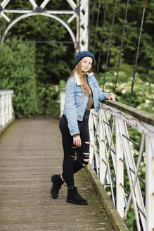 Girl on a bridge - NMS00364