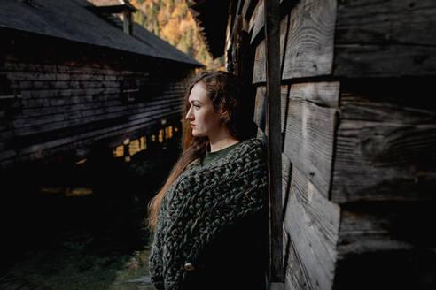 Deutschland, Bayern, Königssee, Portrait einer jungen Frau, seitlich - OGF00084